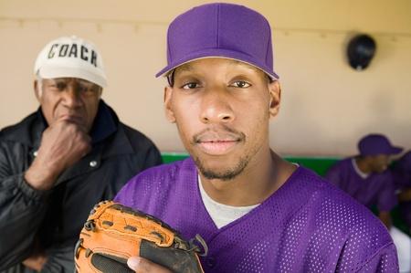 baseball dugout: Jugador de b�isbol en el dugout con entrenador (retrato)