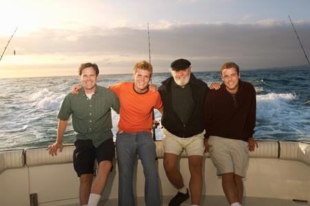 fischerboot: Familie auf Fischerboot (Hochformat)