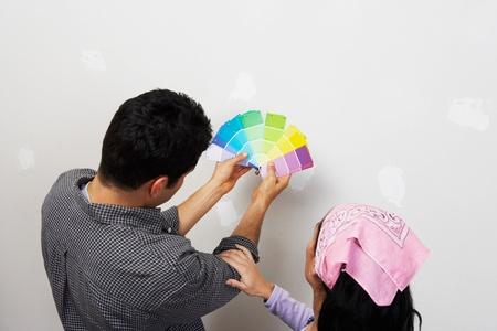 高架ビューを戻る内壁近く塗料サンプルを探しているカップル