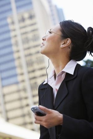 hands free: Empresaria con tel�fono celular con manos libres al aire libre