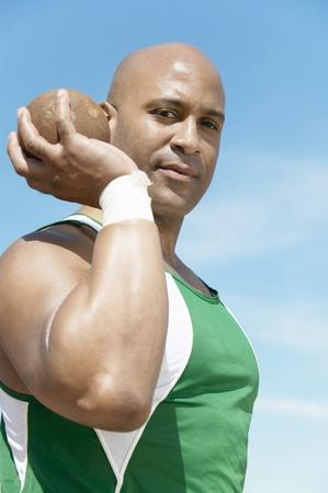 lancio del peso: Shot Putter tenendo mezza lunghezza getto del peso