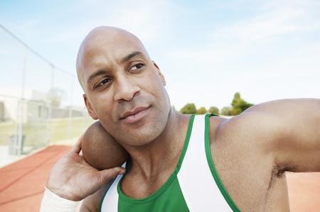 lancio del peso: Shot Putter tenendo le spalle e la testa di getto del peso