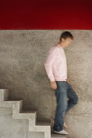 down stairs: Uomo che scende le scale offuscata motion full length LANG_EVOIMAGES