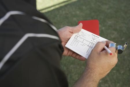 Scheidsrechter van het voetbal met rode kaart