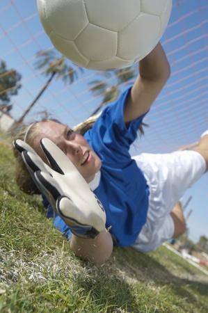 골키퍼: 축구 공을 잡기 소녀