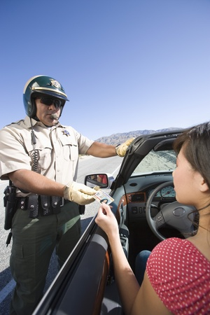 policier: Officier de police v�rifiant ID conducteur