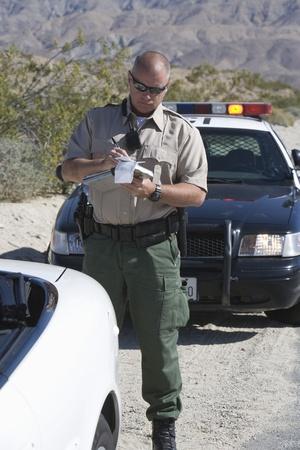 policier: Officier de police prend les d�tails de voitures