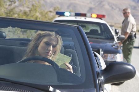 policier: Officier de police retourne � sa voiture apr�s l'�mission d'un billet