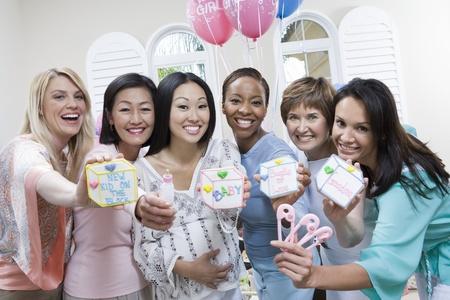 Mujer Embarazada de Asia con los amigos en un Baby Shower