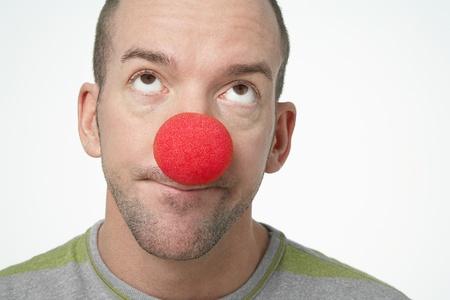 nez de clown: Homme Portant haut nez de clown � la recherche dans le d�go�t
