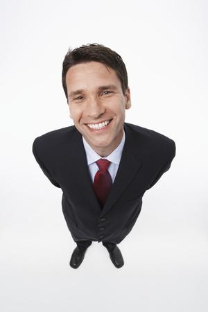 El uso de traje de hombre sonriente