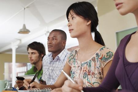 taking note: Quattro persone sedute e prendere appunti, LANG_EVOIMAGES
