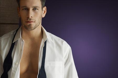 shirt unbuttoned: Uomo che indossa chiuso smoking portrait