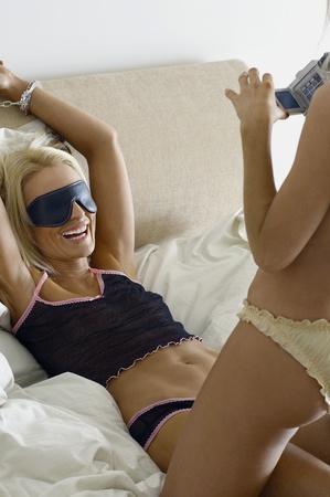 gefesselt: Handschellen Frau von Partnerunternehmen im Bett gefilmt