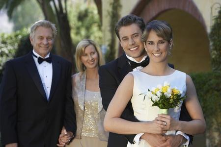 Mariés avec les parents dans le portrait de fond Banque d'images - 12547940