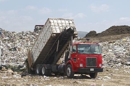 landfill site: Camion dei rifiuti in discarica di dumping