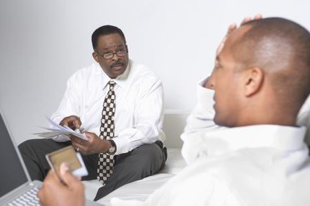 会計士と話しているクライアント