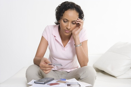 クレジット カードで探している女性
