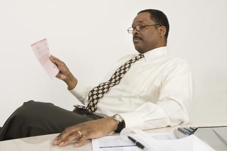 ビジネスマンの法案を見て 写真素材 - 12548370