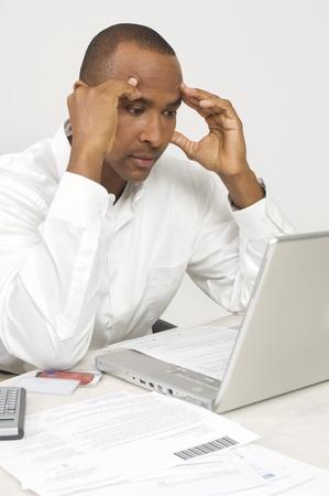 手形を考え出すのラップトップを持つ男 写真素材