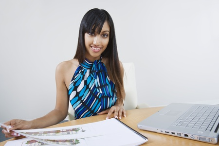 microcomputer: Young Woman Using Laptop LANG_EVOIMAGES