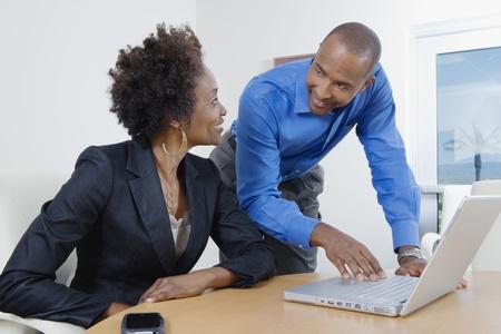 discutere: Imprenditori Usare il laptop Durante la riunione LANG_EVOIMAGES