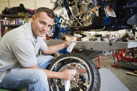 고치다: 타이어에 정비공 작업