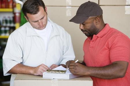 メカニックの顧客の請求書を表示 写真素材