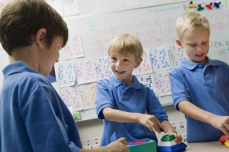 cooperativa: Estudiantes de Primaria ensamblar juguetes LANG_EVOIMAGES
