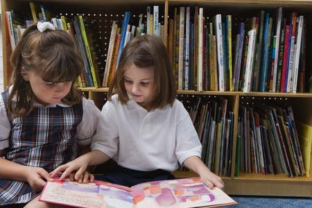 cooperativa: Little Girls mirando un libro de im�genes