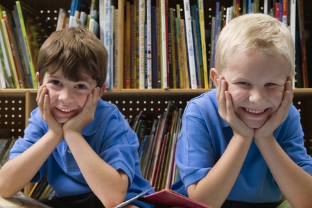 Niños pequeños en la Biblioteca Escolar Foto de archivo - 12592758