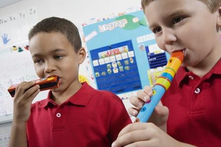 ni�os de diferentes razas: Estudiantes de primaria en clase de m�sica LANG_EVOIMAGES
