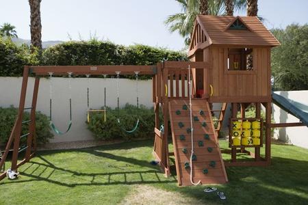 everyday scenes: Apparecchiatura del gioco in cortile