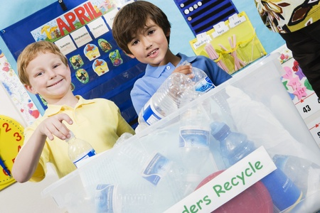 environmental issues: Elementary Students with Recycling Container LANG_EVOIMAGES