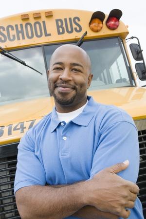 motorbus: Profesor delante de autob�s escolar