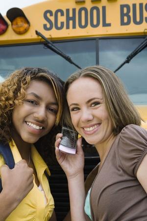 motorbus: Las estudiantes de secundaria escuchar por el tel�fono celular del autob�s escolar LANG_EVOIMAGES
