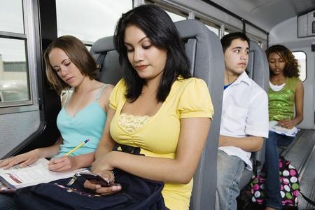motorbus: Adolescentes Riding School Bus