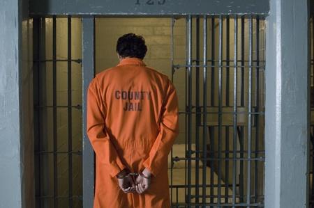 prison cell: Prisonnier menott� en prison LANG_EVOIMAGES