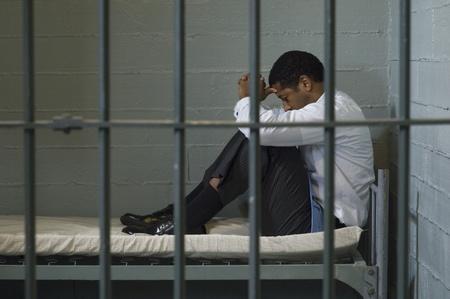 cella carcere: Maturo, seduto sul letto in cella
