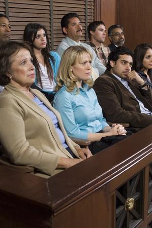 mixed age range: Los miembros del jurado en la sala de audiencias