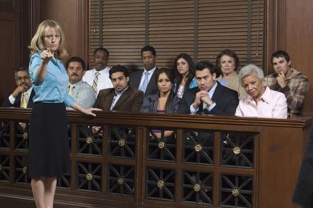 jurado: Fiscal con el jurado en la corte