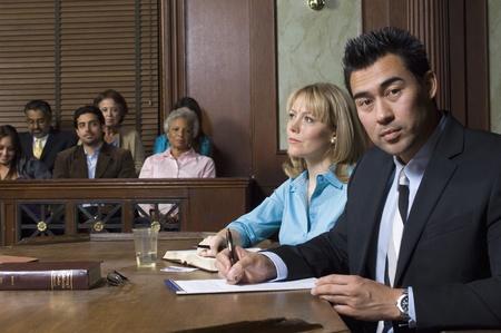 jurado: El abogado defensor con el cliente en la corte