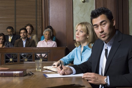 zeugnis: Verteidiger mit Kunden vor Gericht LANG_EVOIMAGES