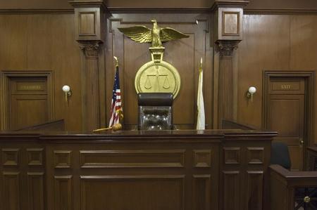 Rechtliche Schuppen hinter Richter Stuhl vor Gericht