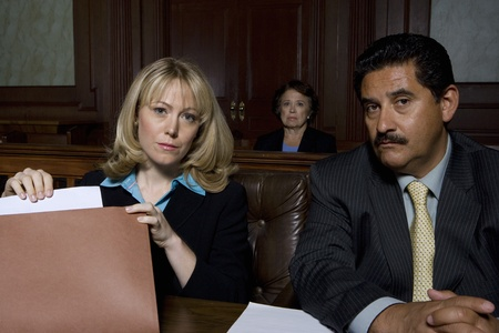 L'homme et la femme assise dans portrait de cour