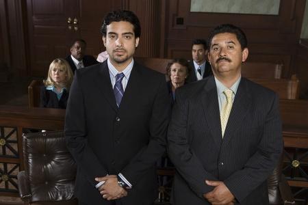 Deux hommes debout dans portrait de cour Banque d'images
