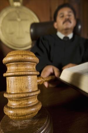 Richter mit Hammer vor Gericht