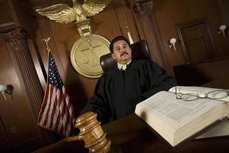 Richter sitzt im Gericht