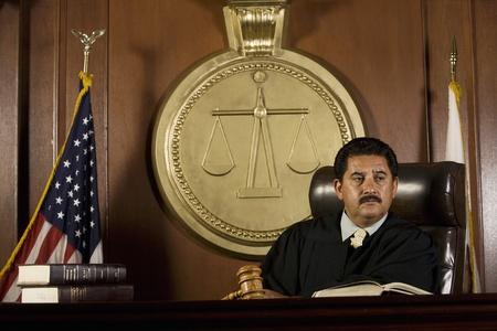 court order: El juez se sienta en el tribunal