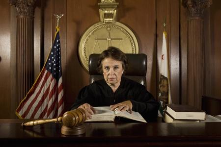 court order: El juez se sienta en el retrato de corte